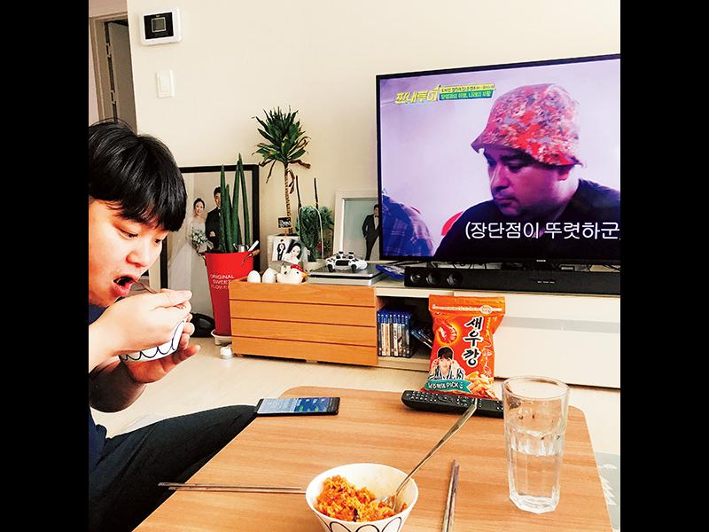 ドイル家での日常。朝ごはんに作ってくれたキムチポックンパはザ・男の料理。毎日のように飲んだビール「CASS」は韓国定番の銘柄。