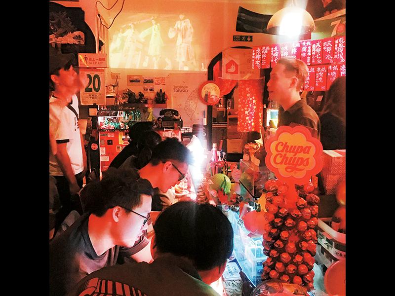 台湾人も大好きな港式(香港スタイル)カフェ。2階も満席。