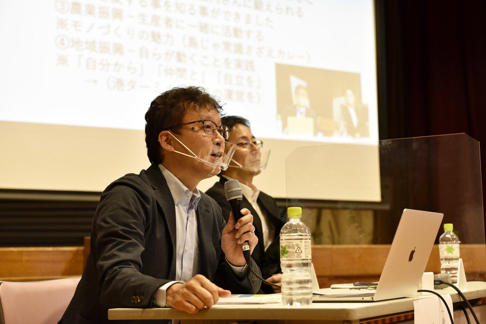 手前が青山富寿生さん。2年前までは海士町役場の職員を務め、島の新しい産品の開発や、マルチワーカー制度の立ち上げなどを行ってきた。