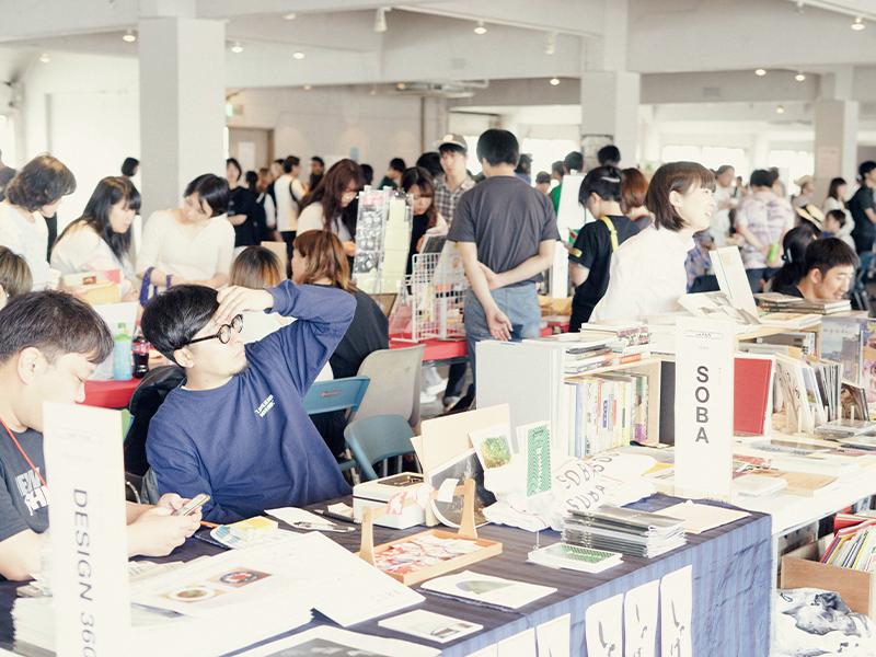 大阪市内で2018年5月に開催された「ASIA BOOK MARKET」(LLCインセクツ主催)。会場は熱気に満ちあふれていた。©米田真也