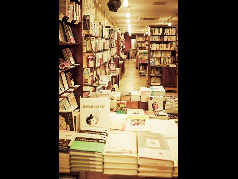 『本屋 B&B』店内。セレクトされた本が並ぶほか、イベント開催や、ビールなどのドリンクを充実させて集客をはかる。