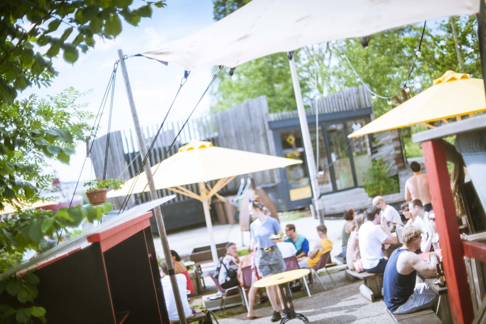 『Café De Ceuvel』は『De Ceuvel』の一角にある。汚染された元・造船所跡地をアーティストや企業家がオフィス、カフェなどクリエイティブビレッジとして再生。水質浄化、エネルギー循環、地域通貨など、さまざまな実験的取り組みが行われていた。