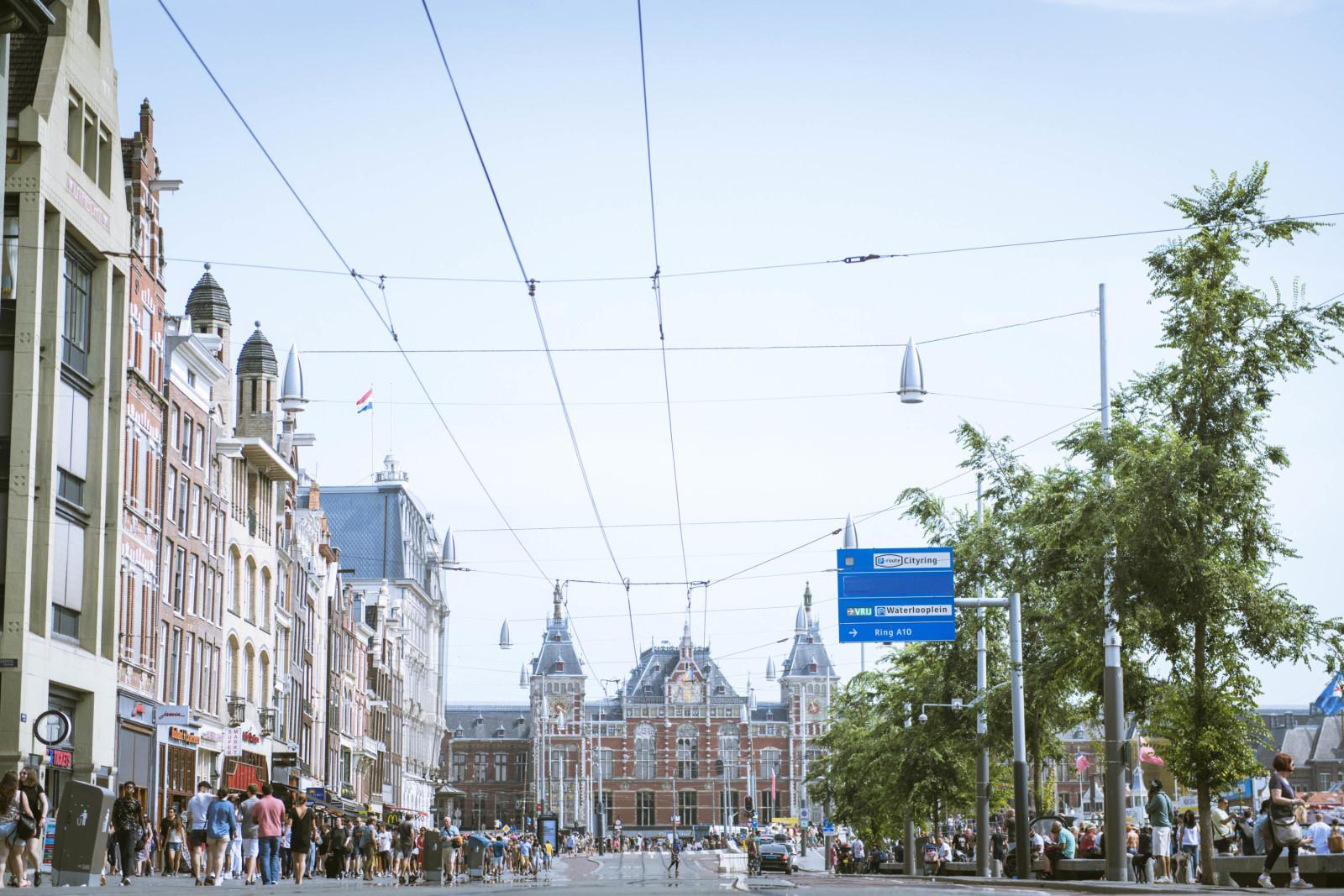 アムステルダム観光の拠点となる中央駅周辺。人が集まるエリアだが、屋外広告はほとんどない。
