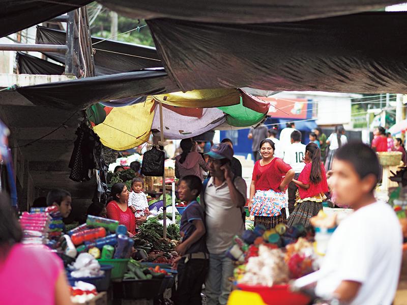 プルハ市中心地のマーケット。日用品に加え、市内で育てられた瑞々しい野菜などが並ぶ。