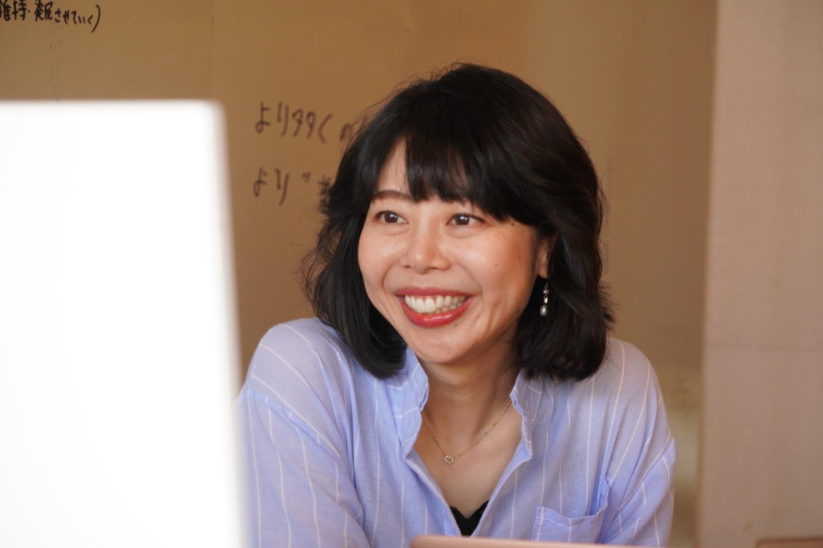 WEBでリモートミーティングをする福田さん。