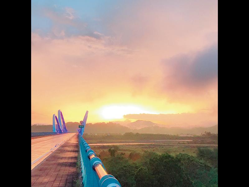 夕立後、新威大橋から見る六龜の夕焼けは圧巻。