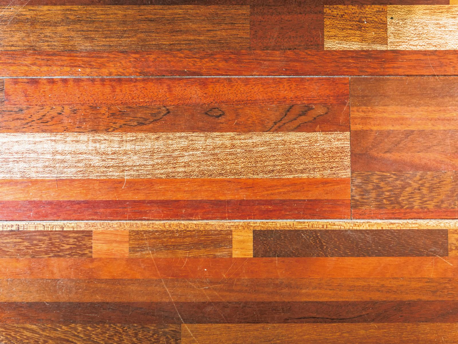 CIRCLのフロアには取り壊された修道院やレストラン、バーから回収された木材が使用された。さまざまな場所から集められた色違いの木材でおしゃれな床に仕上がっている。