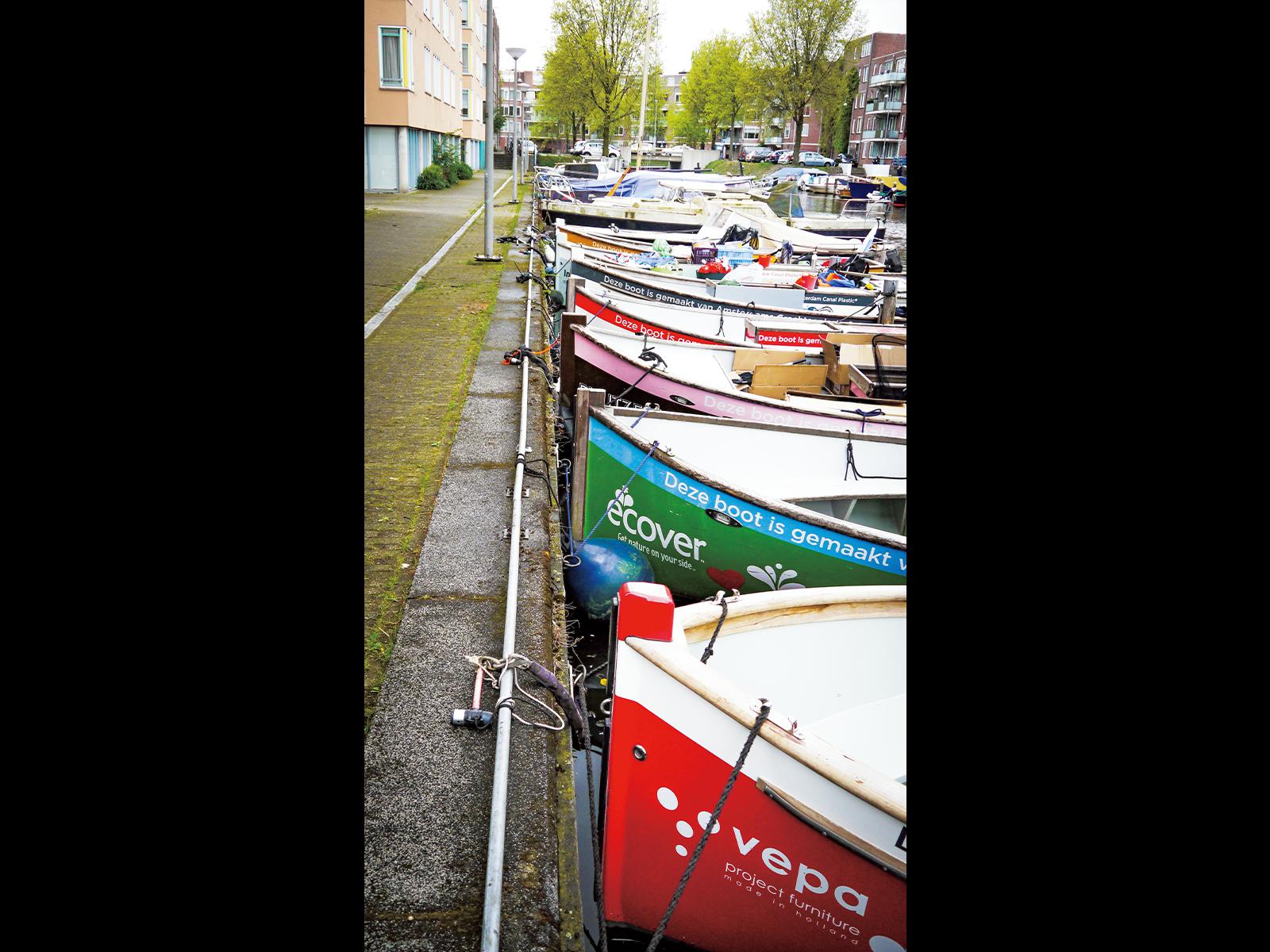 いろとりどりの『Plastic Whale』のボートが並ぶ。それぞれスポンサーがついており、企業の宣伝にもなっている。