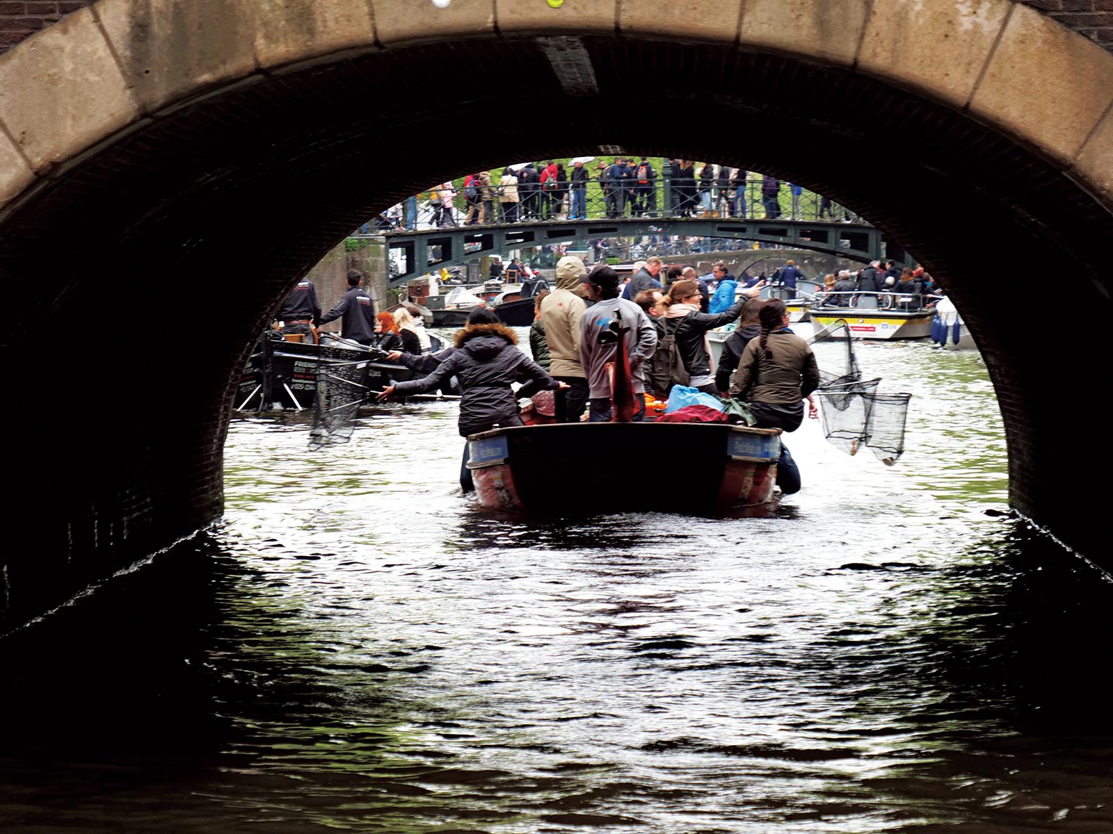 橋の下をくぐって広い場所に出る。ほかのボートや橋の上にいる人々との交流も楽しみのひとつだ。