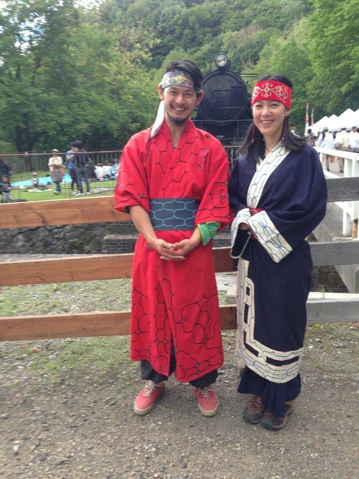 アイヌの民族衣装をまとった鈴木さん。隣は後に奥さんとなる美歌さん。(写真提供:鈴木寛顕さん)