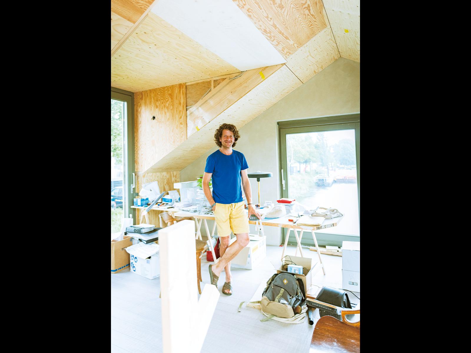 「この部屋の床材は竹。成長の早い竹は建材に最適なんです」とマタイズ・ブールドレズさん。