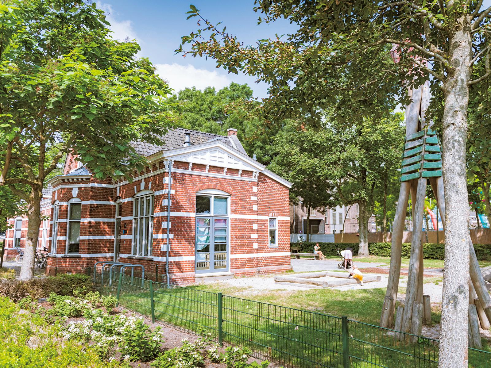 桑原さんもよく利用する託児所脇の公園。広いスペースには遊具も充実する。