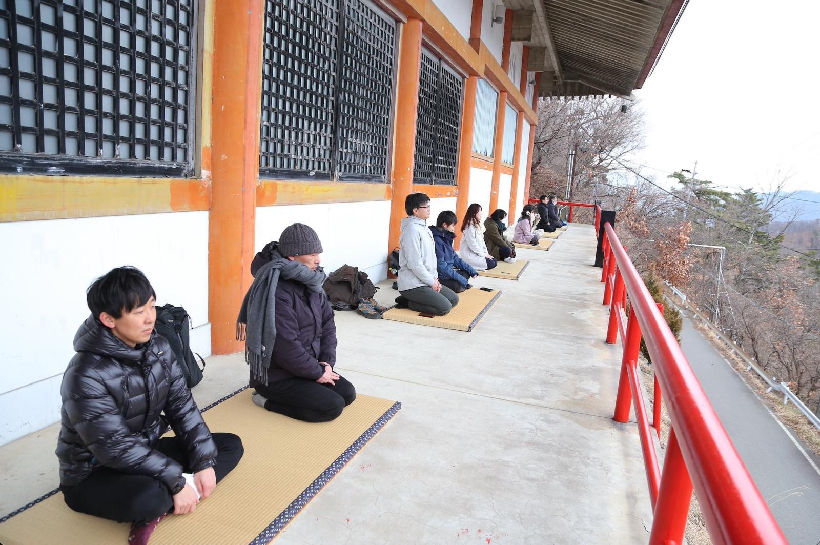 3日目に行われた瞑想の様子