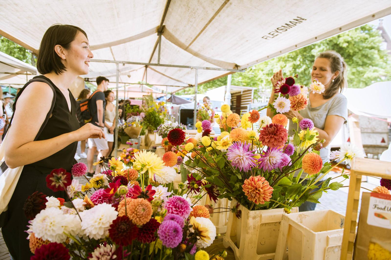 アムステルダムで毎週月・土曜に開催されるマーケット「Noordermarket」。土曜はオーガニックのフードマーケットがメインとなる。