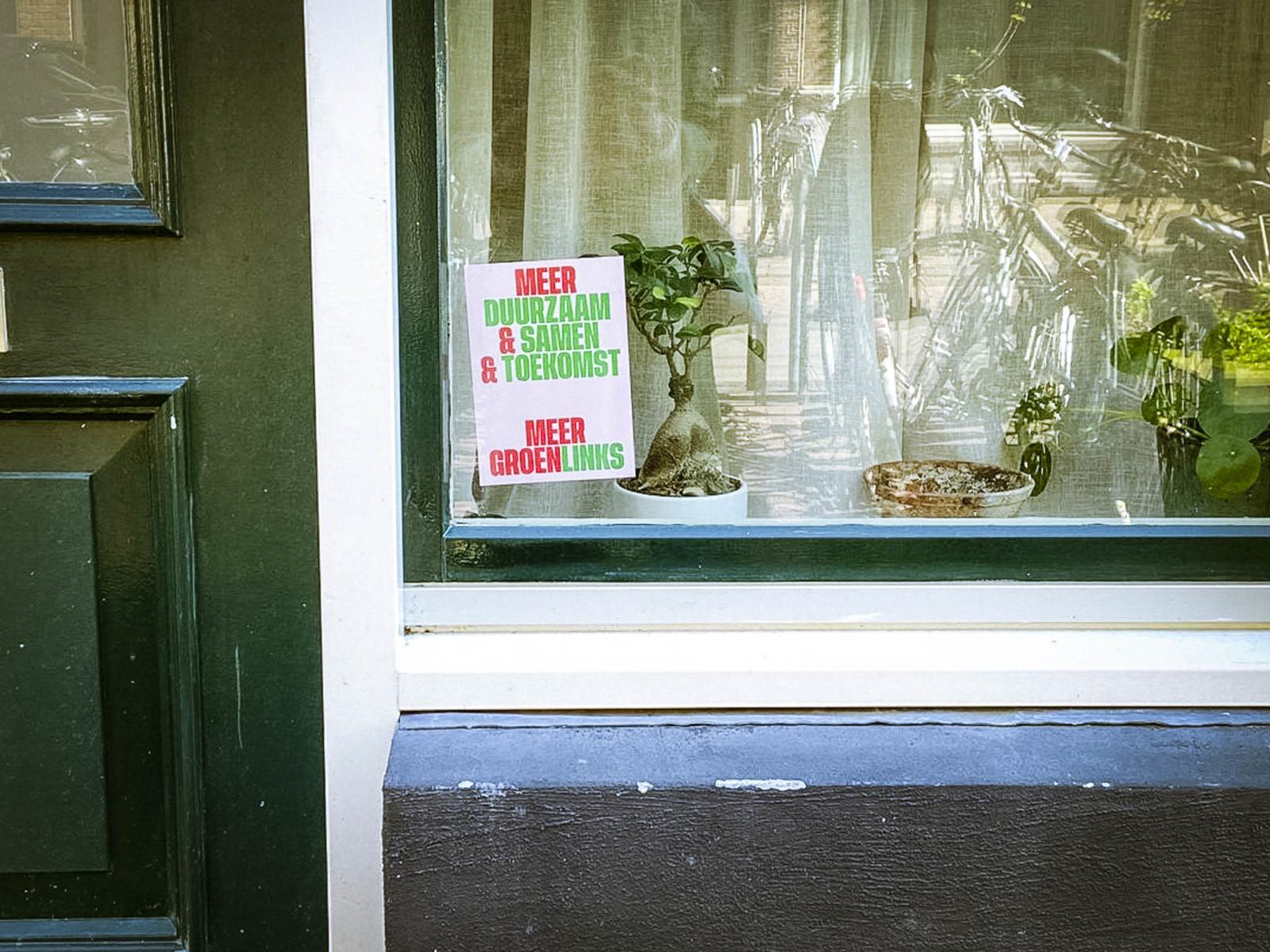 家の窓に支持政党のポスターを貼るのも普通らしい。