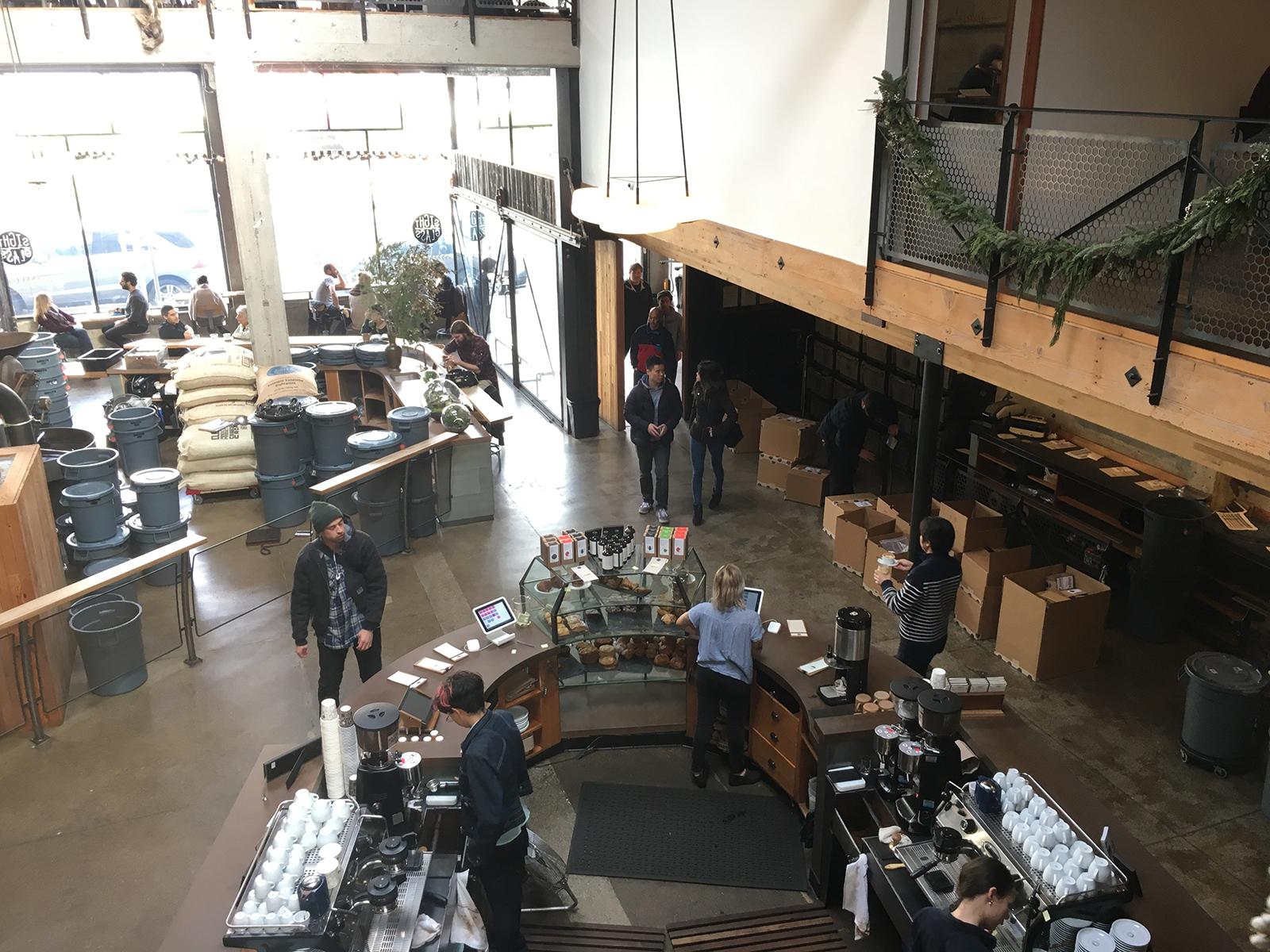 サンフランシスコの『Sightglass Coffee』の2階席は焙煎所も、コーヒーを淹れるところも見れて、いるだけでワクワク。コーヒーもますますおいしく感じます。