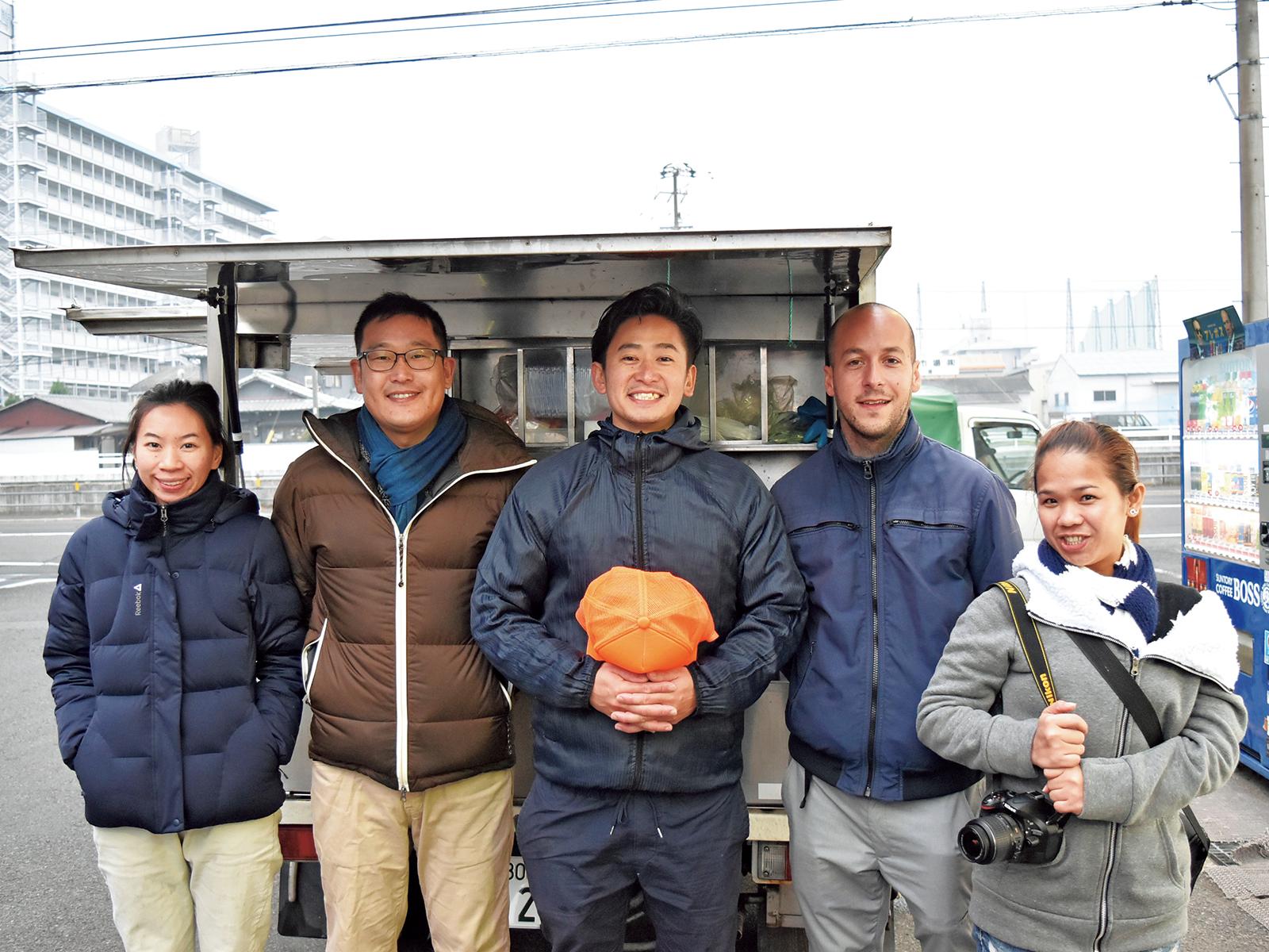 魚屋さんの川越さんが案内する「いただきさんと巡る市場ツアー」。学んだ英語を活かす活動も支援。