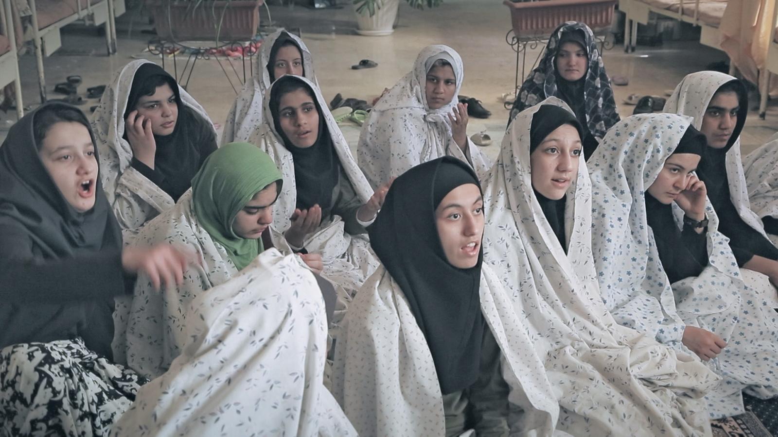 イスラム教の法学者に、女性差別や運命の理不尽さを問いかける少女たち。