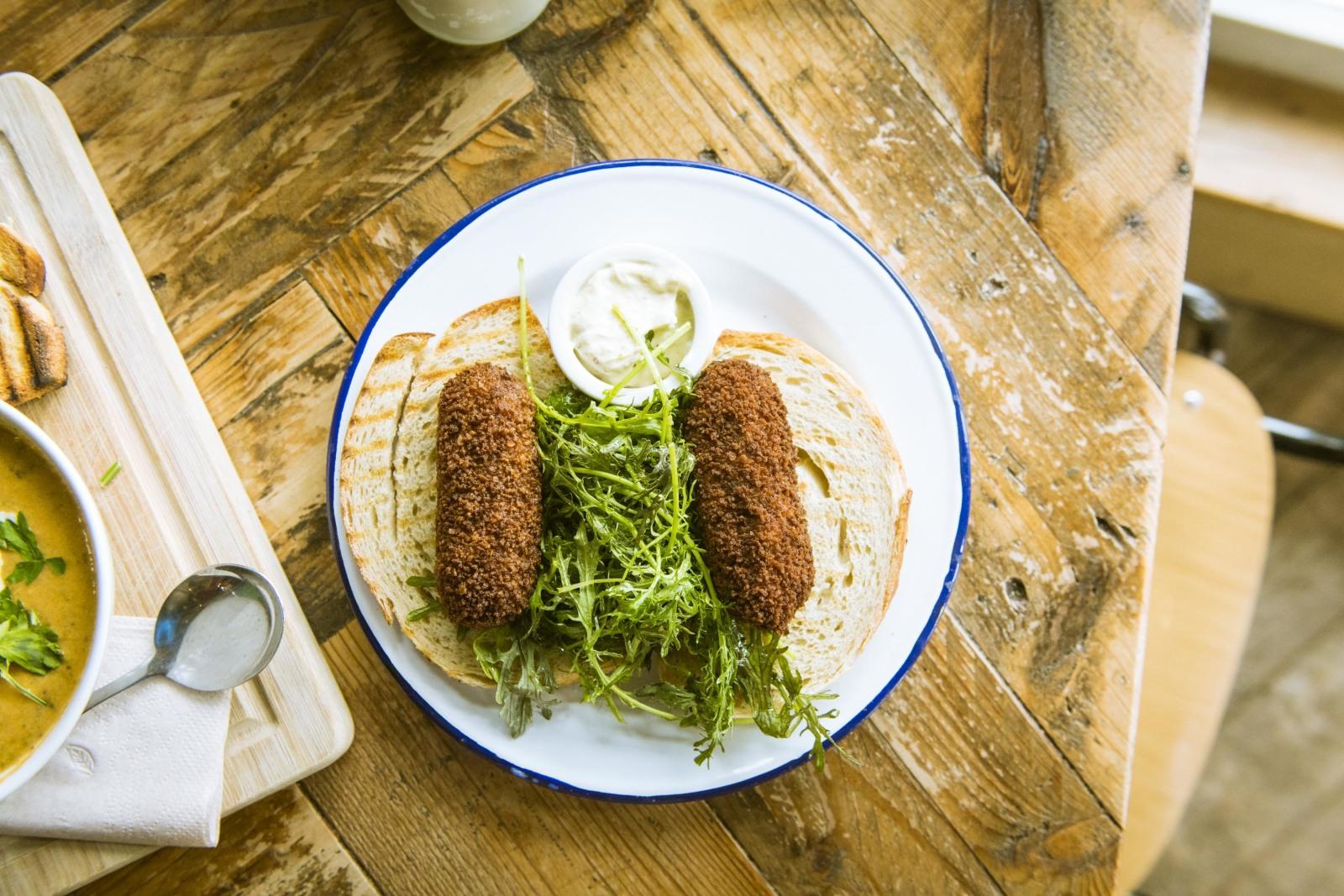 カフェやレストランのメニューも、同様のものが多いそう。写真はオランダの定番メニュークロケット。