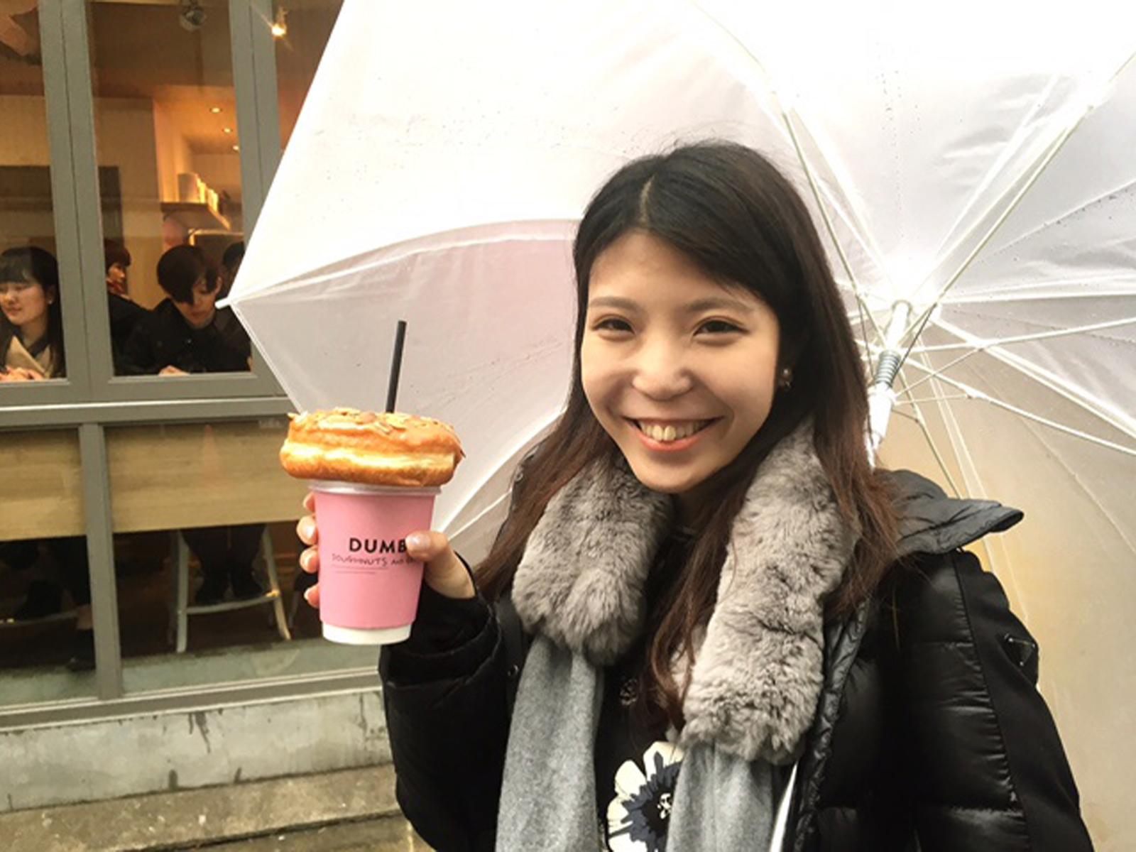 先日、DUMBO Doughnutsand Coffeeに行った日は、生憎(あいにく)の雨。でも、ドーナツonコーヒーなら、傘を差しながらでもフォトジェニック!