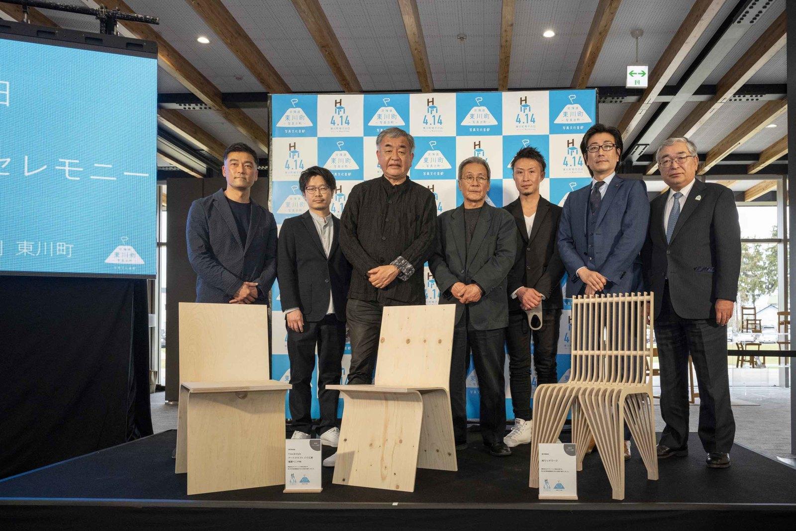 隈さん(左から3人め)、松岡町長(右端)、木工事業所の職人らとの記念撮影。