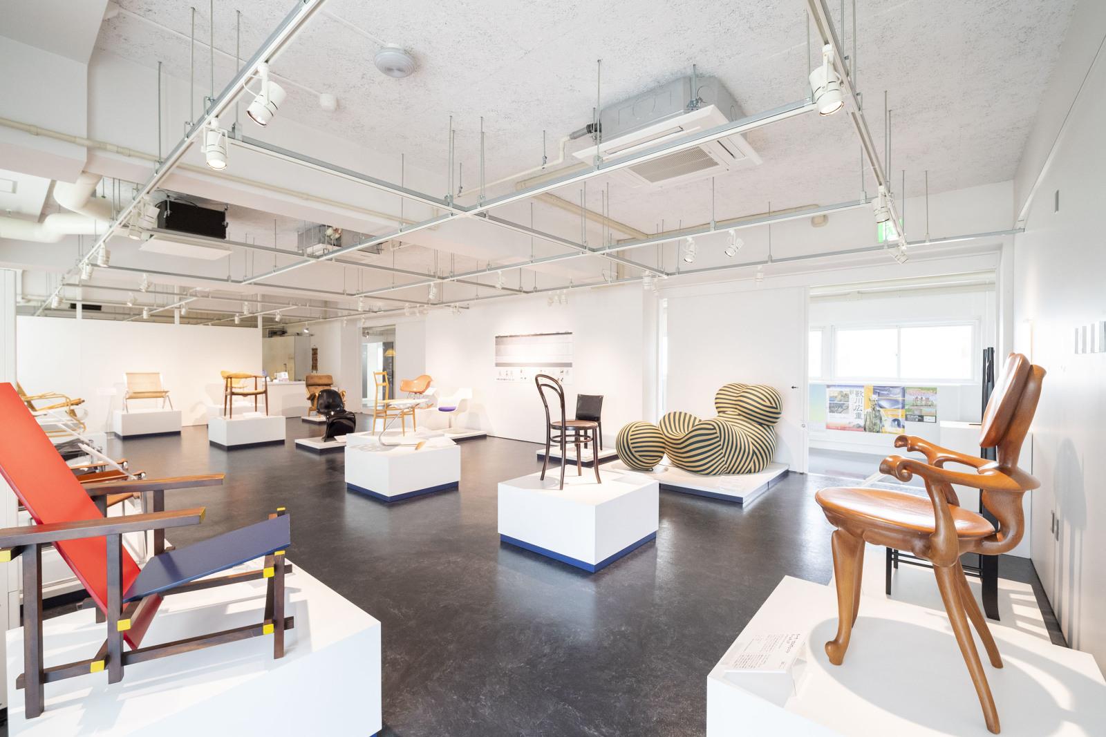 「織田コレクション展『世界の名作椅子ベスト20』」の会場。