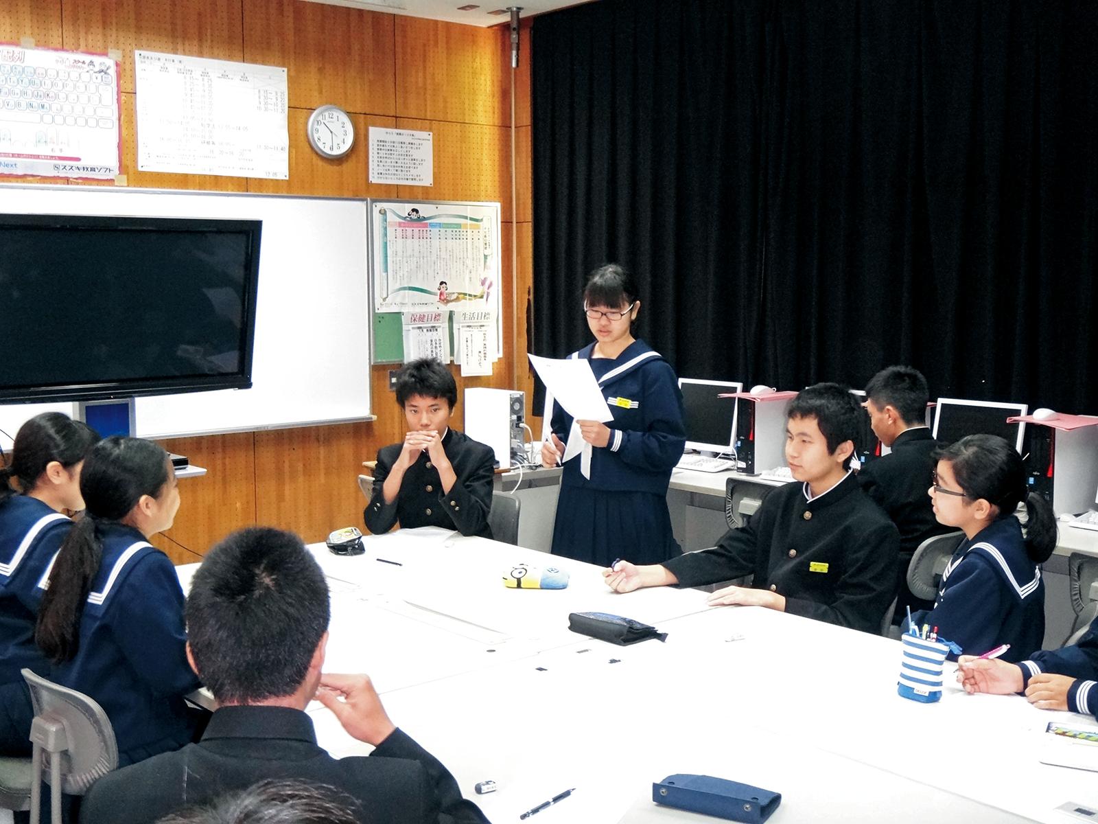 徳之島町立井之川中学校の環境学習とシューズ回収。生徒会の本部役員たちがどのようにシューズを回収するか、このプロジェクトをとおして何を学ぶべきかを話し合って考えた。