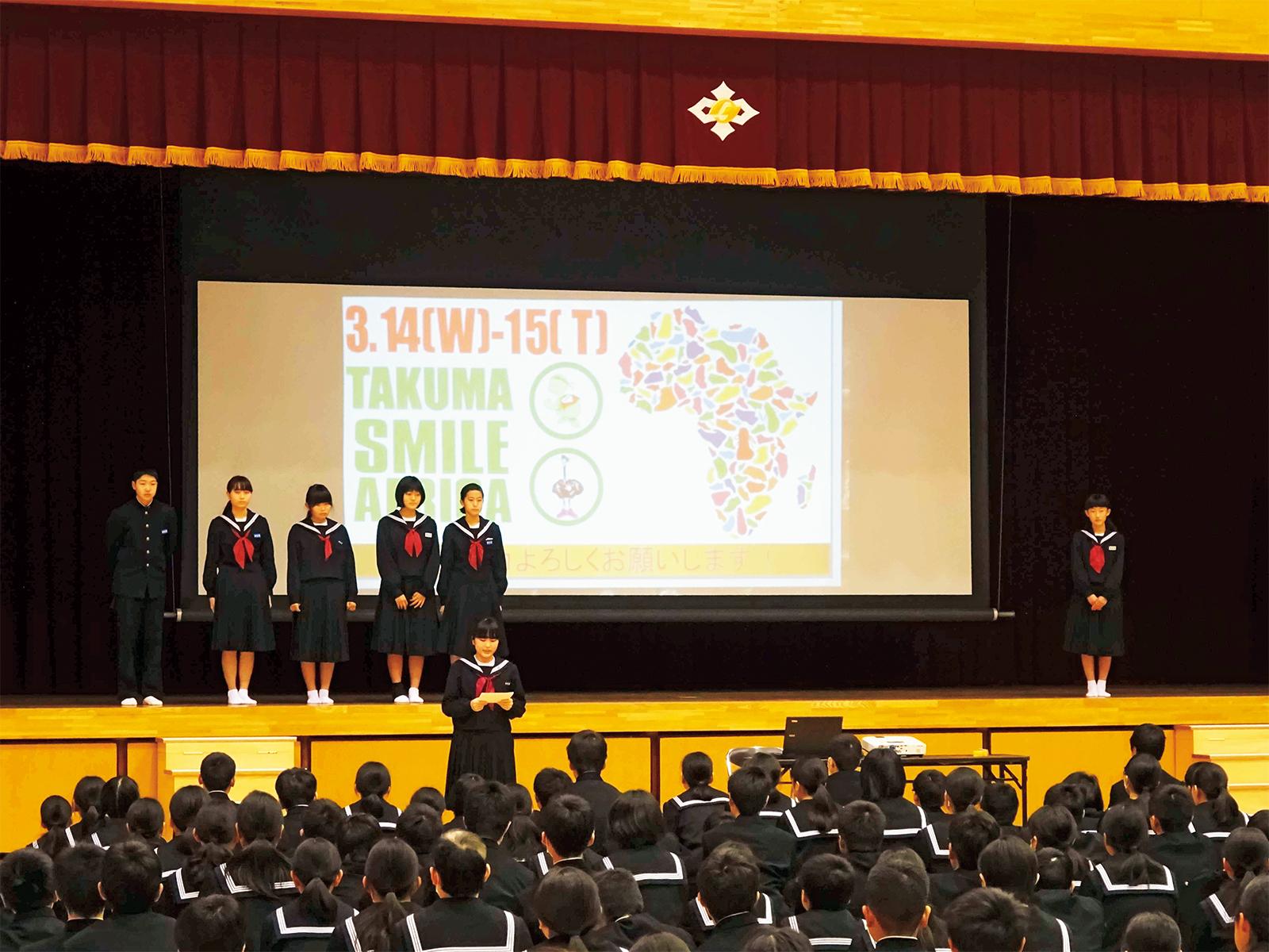 三豊市立詫間中学校では全校朝礼の時間を使って、プロジェクトの紹介を行ってくれた。生徒会本部役員たちが寸劇を行ったり、プロジェクターを使った説明を行い、アフリカへの関心を持ってもらった。