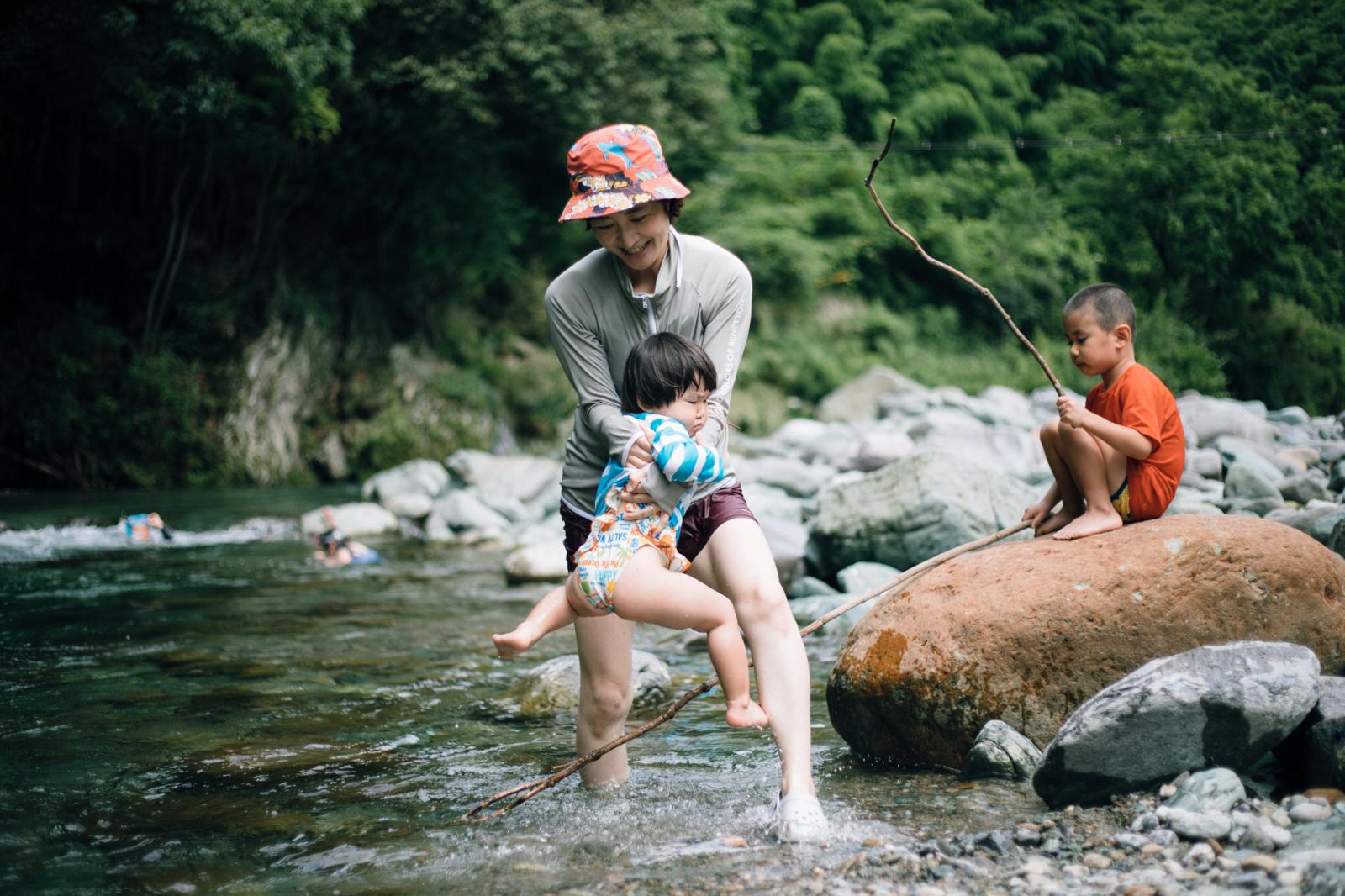 お盆に愛媛に帰省。付近の川で遊ぶ