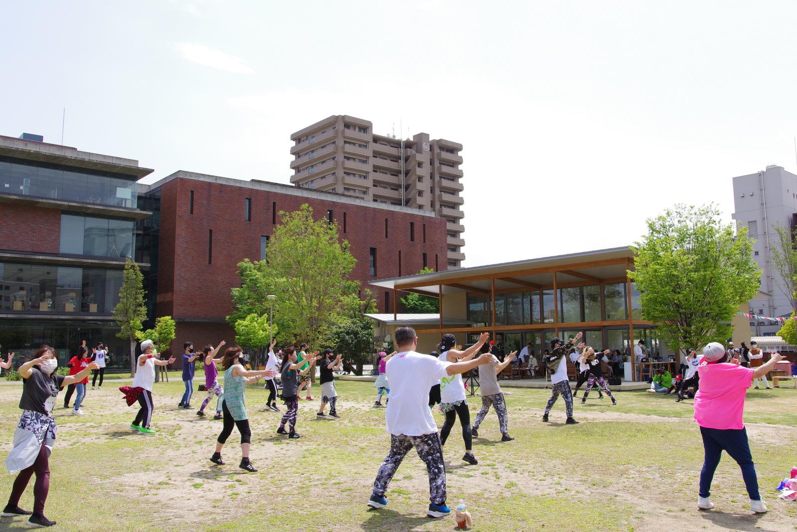 芝生の広場を活用したダンス教室の様子。