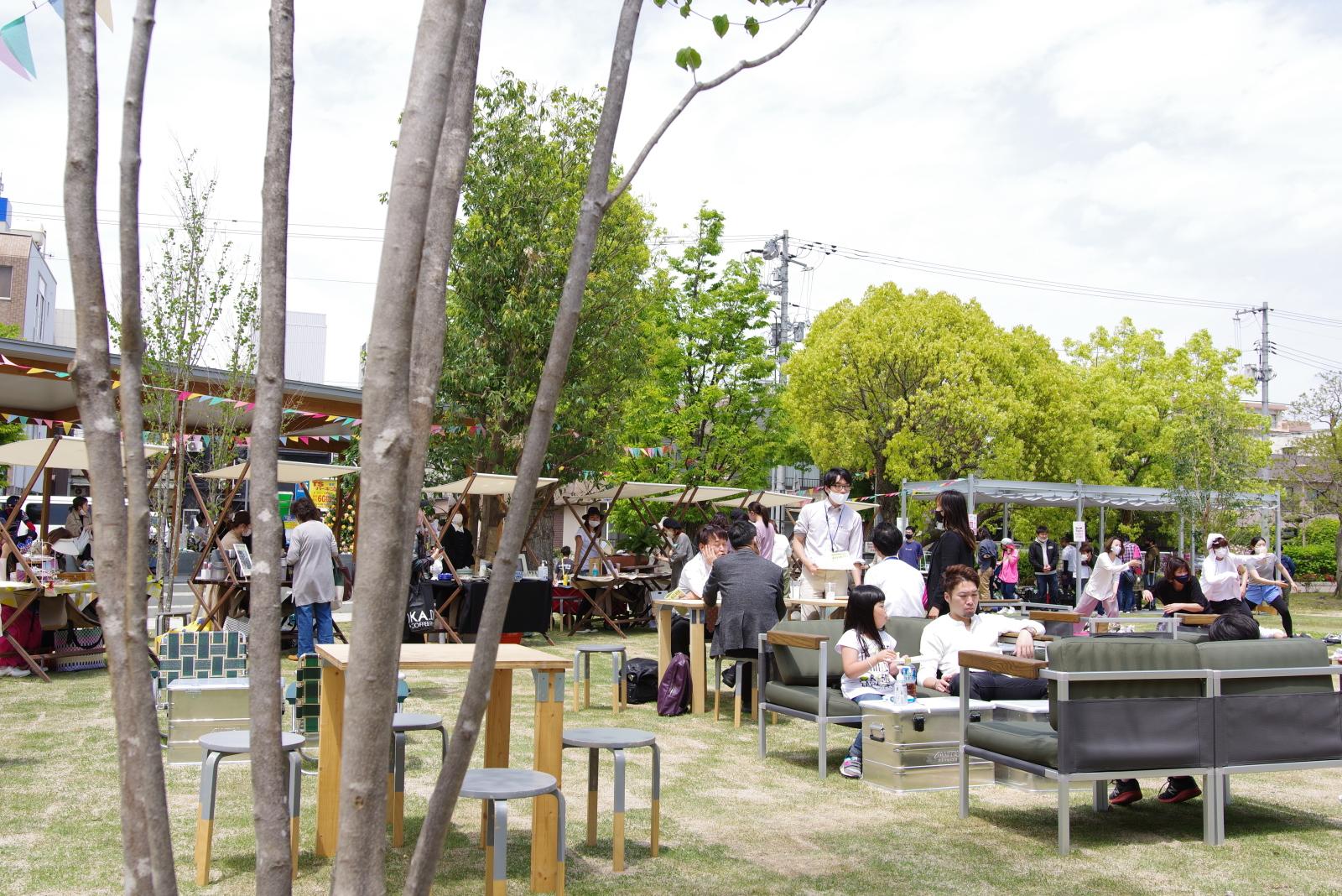 芝生の広場にはソファやテーブルなどが設置され、自由に利用できる