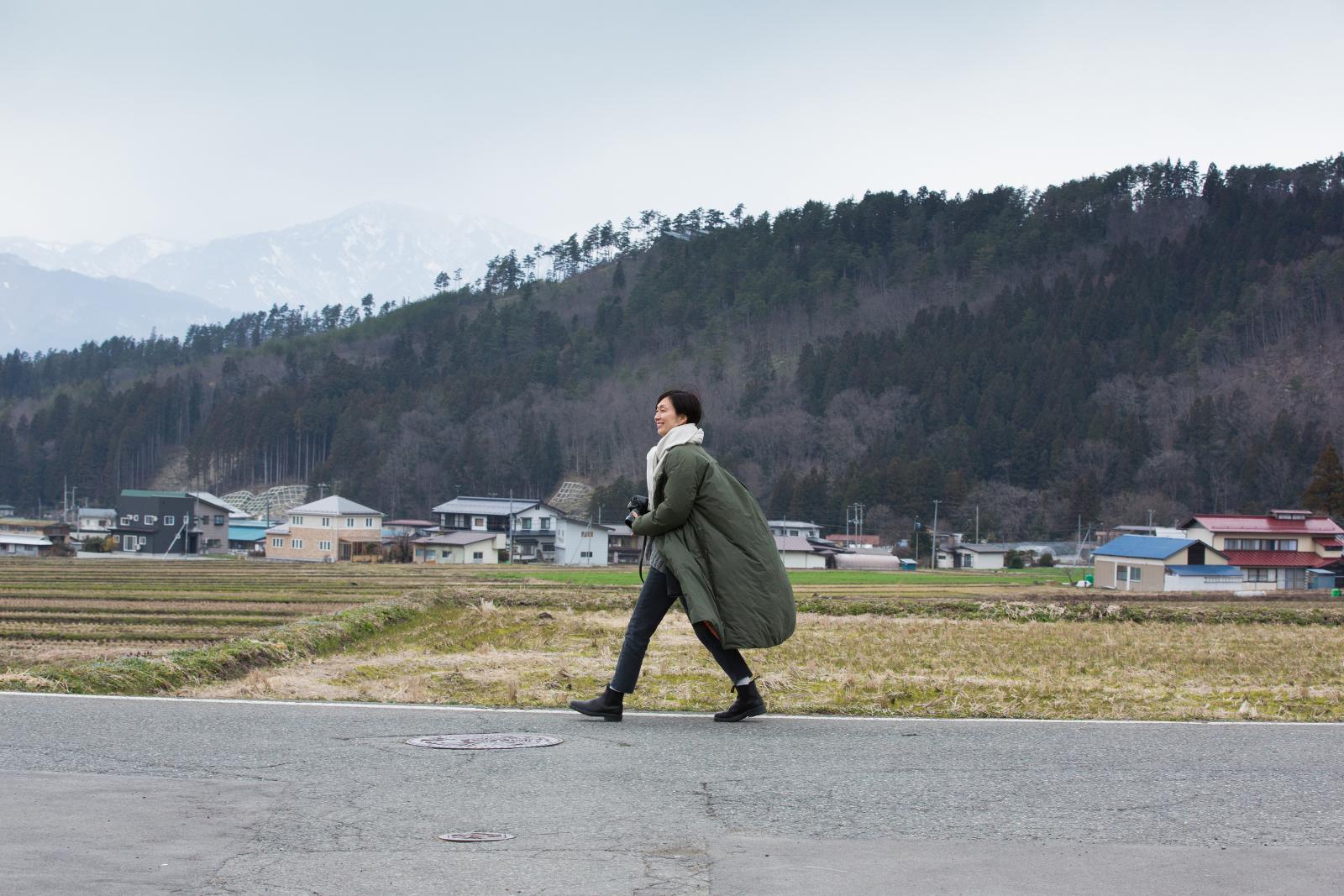 颯爽と歩く中川正子さん01