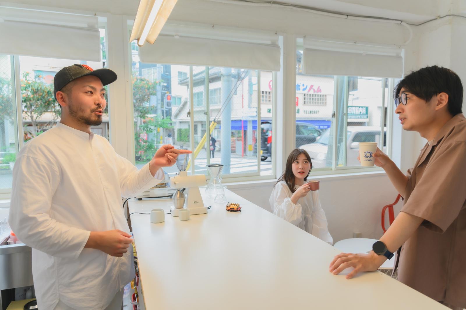 大瀬さんとお客さんの談笑風景