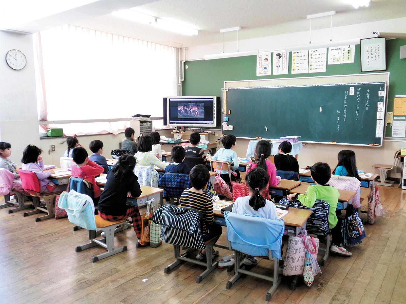 荒川区立尾久宮前小学校では、道徳教育の一環として、2年生を対象に「スマイル アフリカ プロジェクト」を知る授業が行われた。映像資料を観る児童たち。