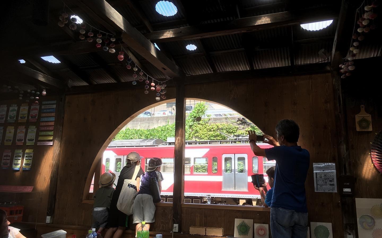 窓から見える電車