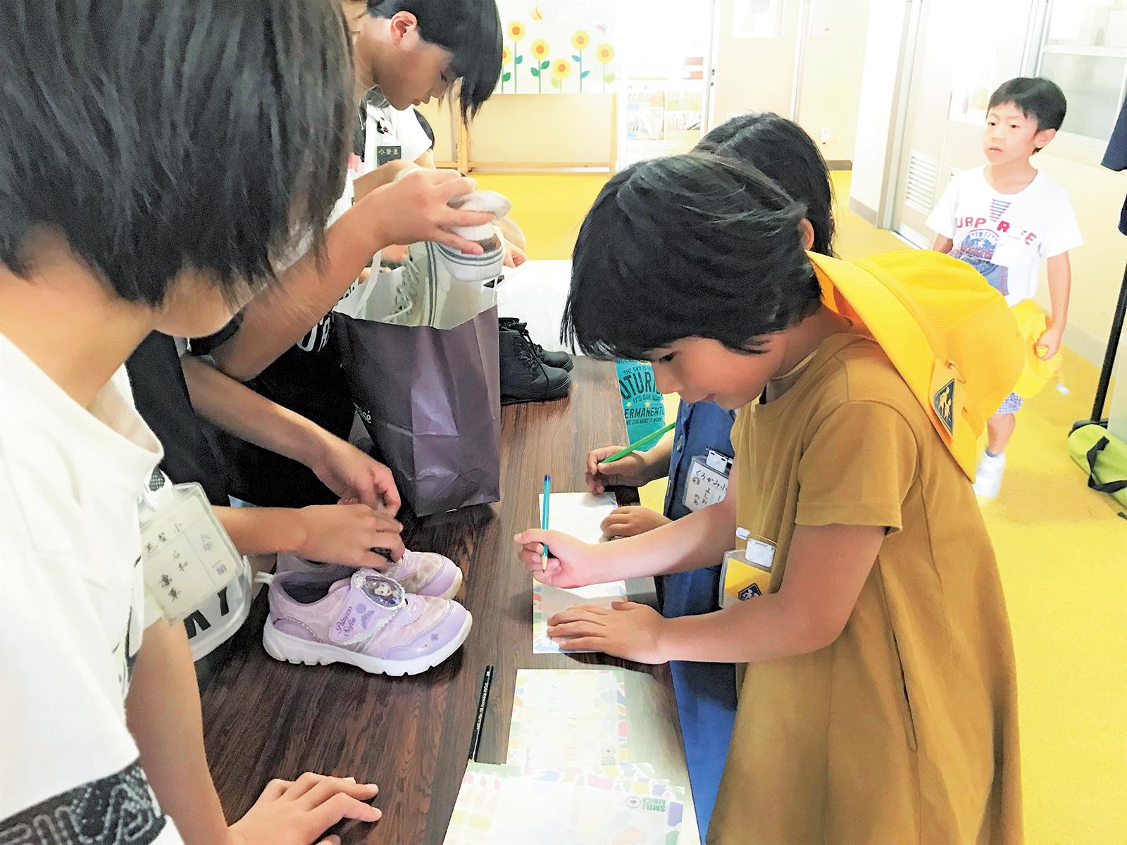 熊本市立黒髪小学校で行われたシューズ回収活動。児童数358人の学校で、外国籍の児童も多く、多様な国の児童同士、仲良く学んでいるという。環境教育にも力を入れている。