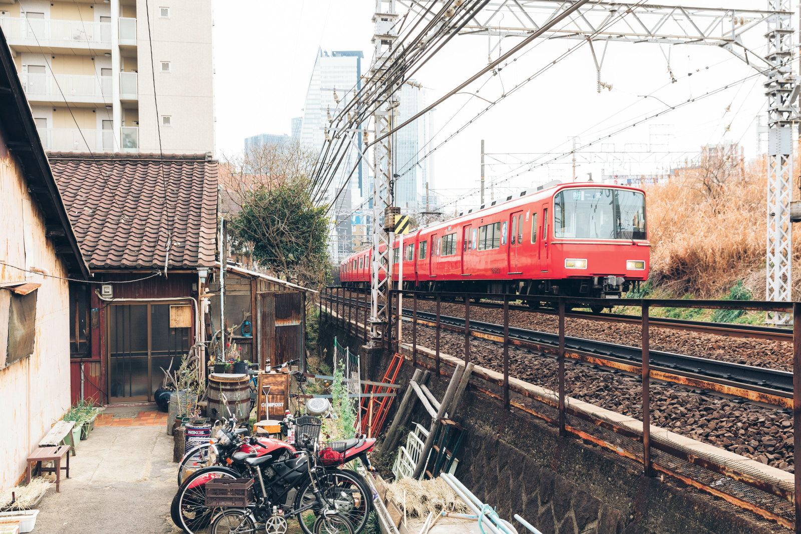 東海道線・名鉄名古屋本線の線路沿いに位置する「LongRoof」。