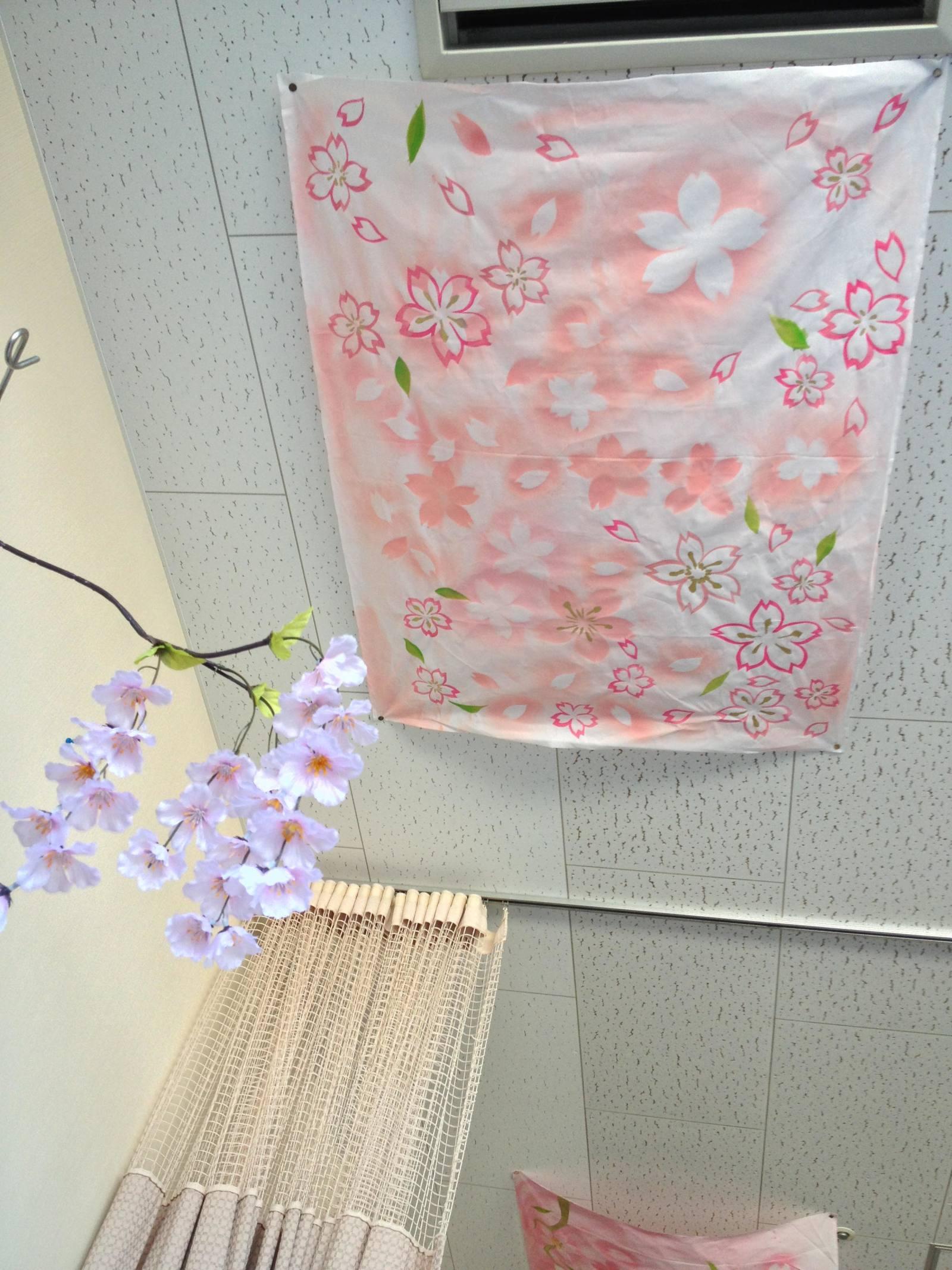 介護施設の天井に桜の絵を描いた写真