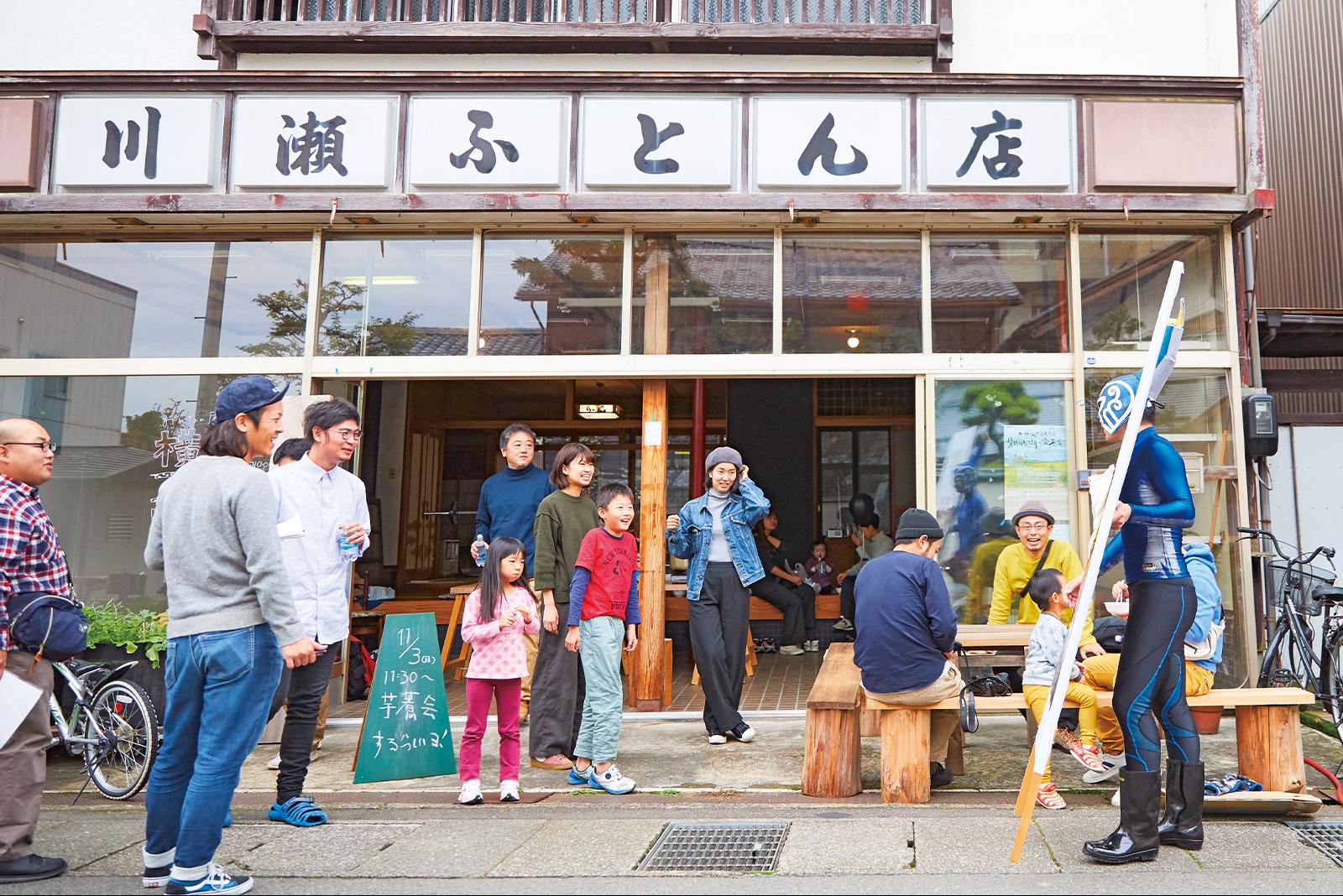 布団店だった建物を改装した地域拠点「横町スタジオ」。関西大学の学生たちが運営。
