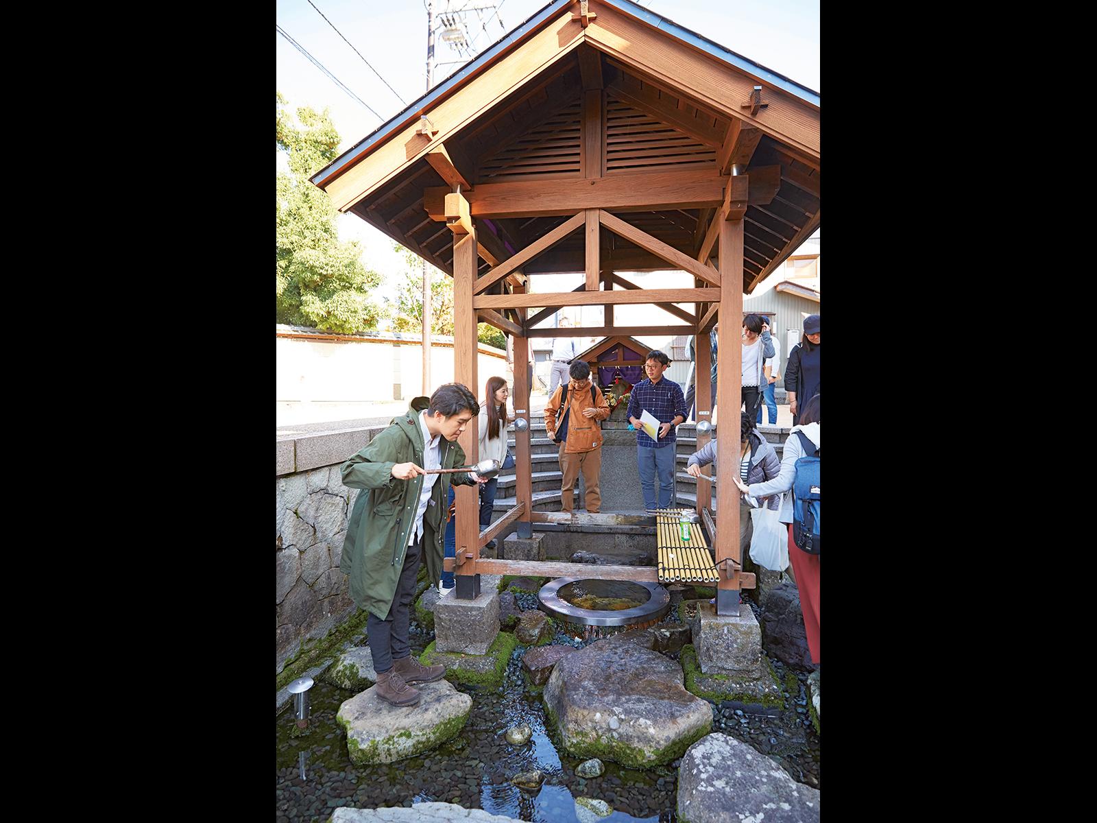 泉町にある湧水地「御清水」。大野の名水のシンボルとなっている。