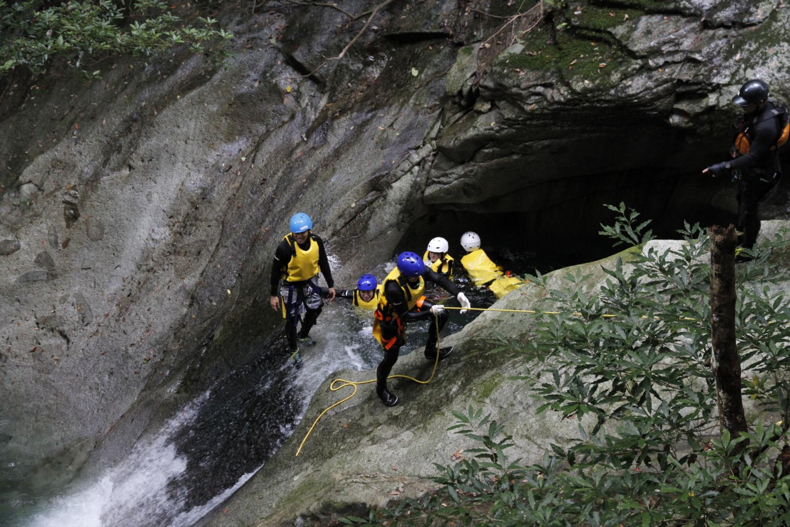 渓谷でのキャニオニング(写真提供:宇和島市観光物産協会)