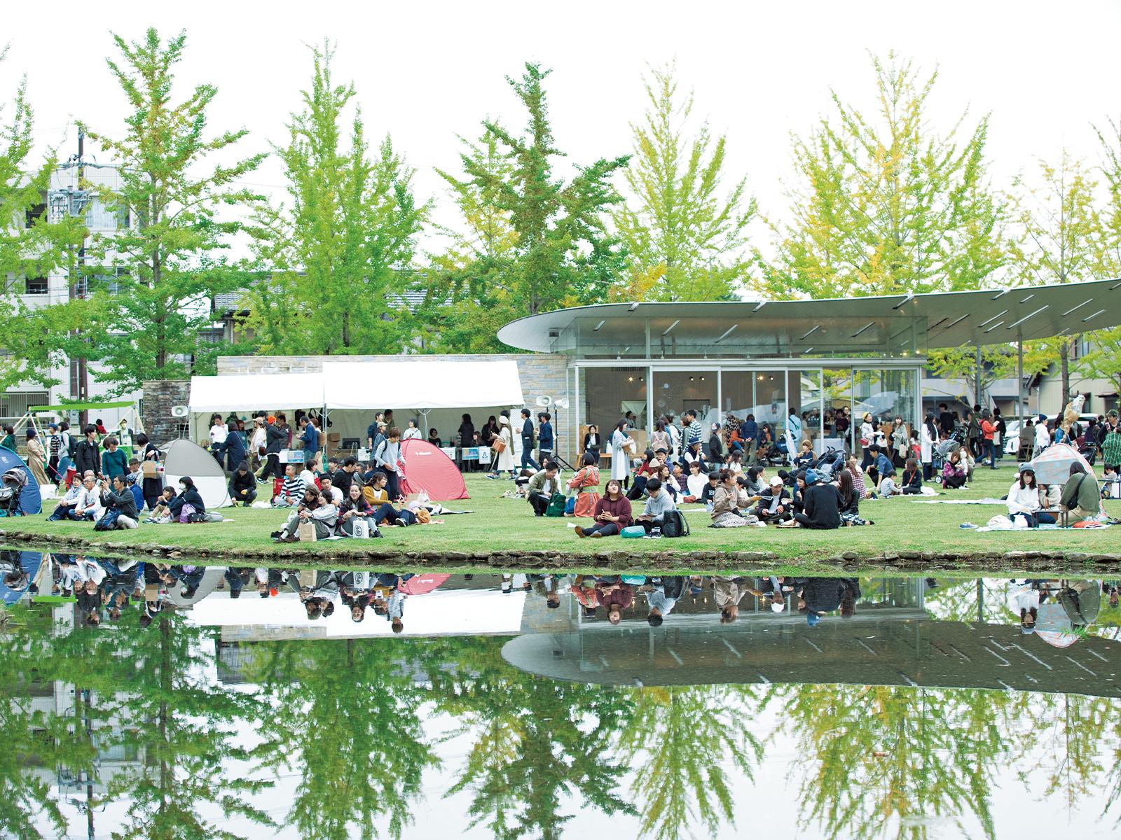 11月に開催された「マーケット日和」。芝生にテントを張ってくつろぐ来場者も。