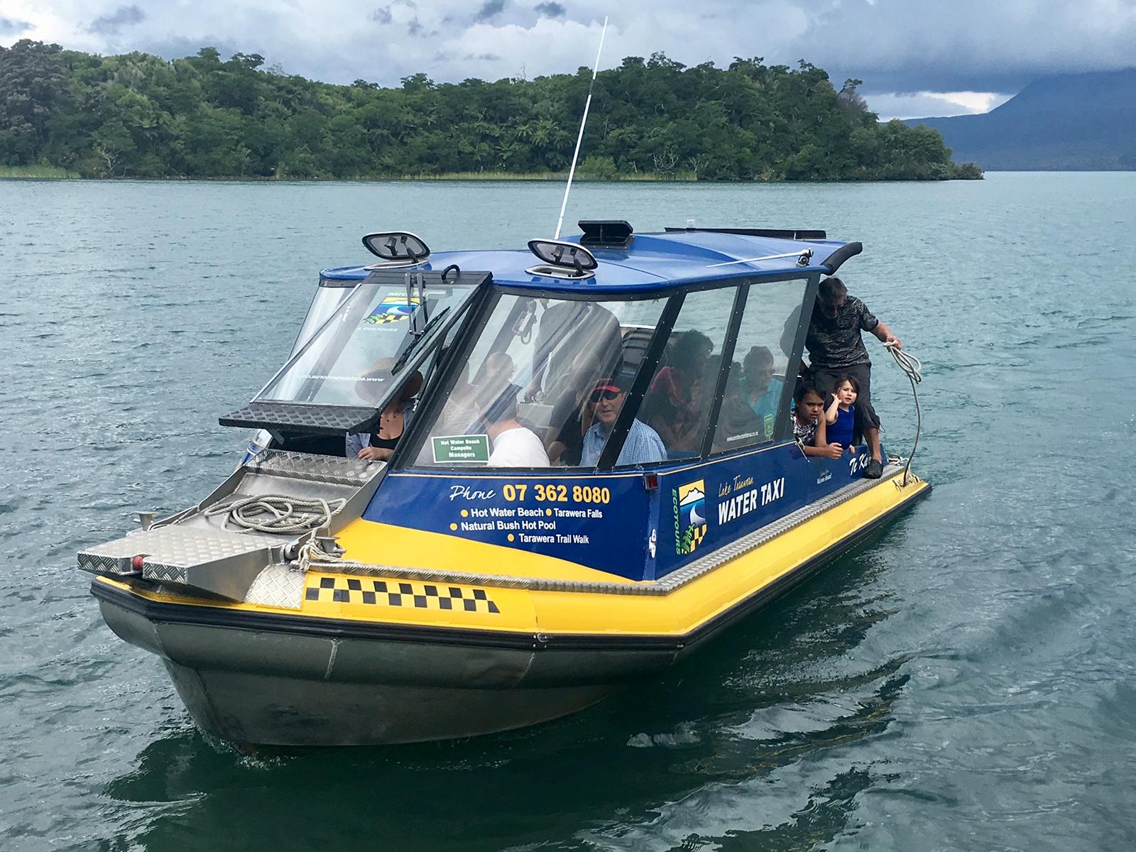デイビッドの湖上タクシー。お隣さんだが、やはり一番会うのは湖でだ。湖の真ん中でぼくのボートが故障した時、このボートで引っ張ってくれたこともある。