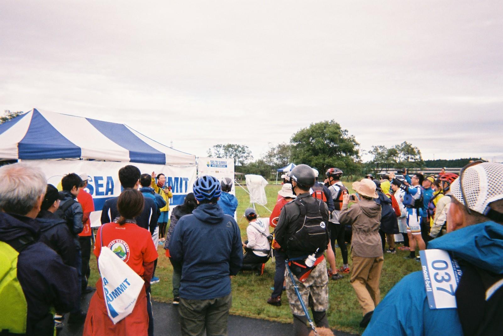 直前まで降っていた雨が晴れ、最高のスタートとなった開会式の様子。