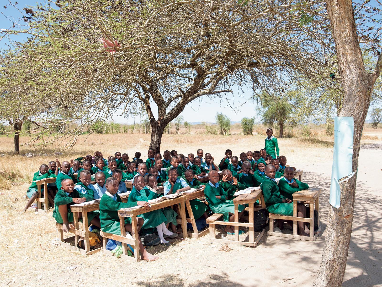木陰の青空教室。IVOVOANI小学校で。