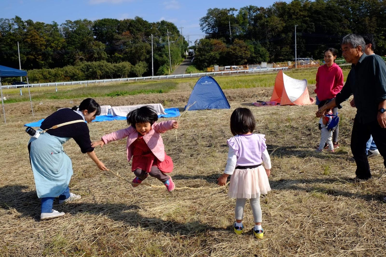 田んぼで遊ぶ子供たち