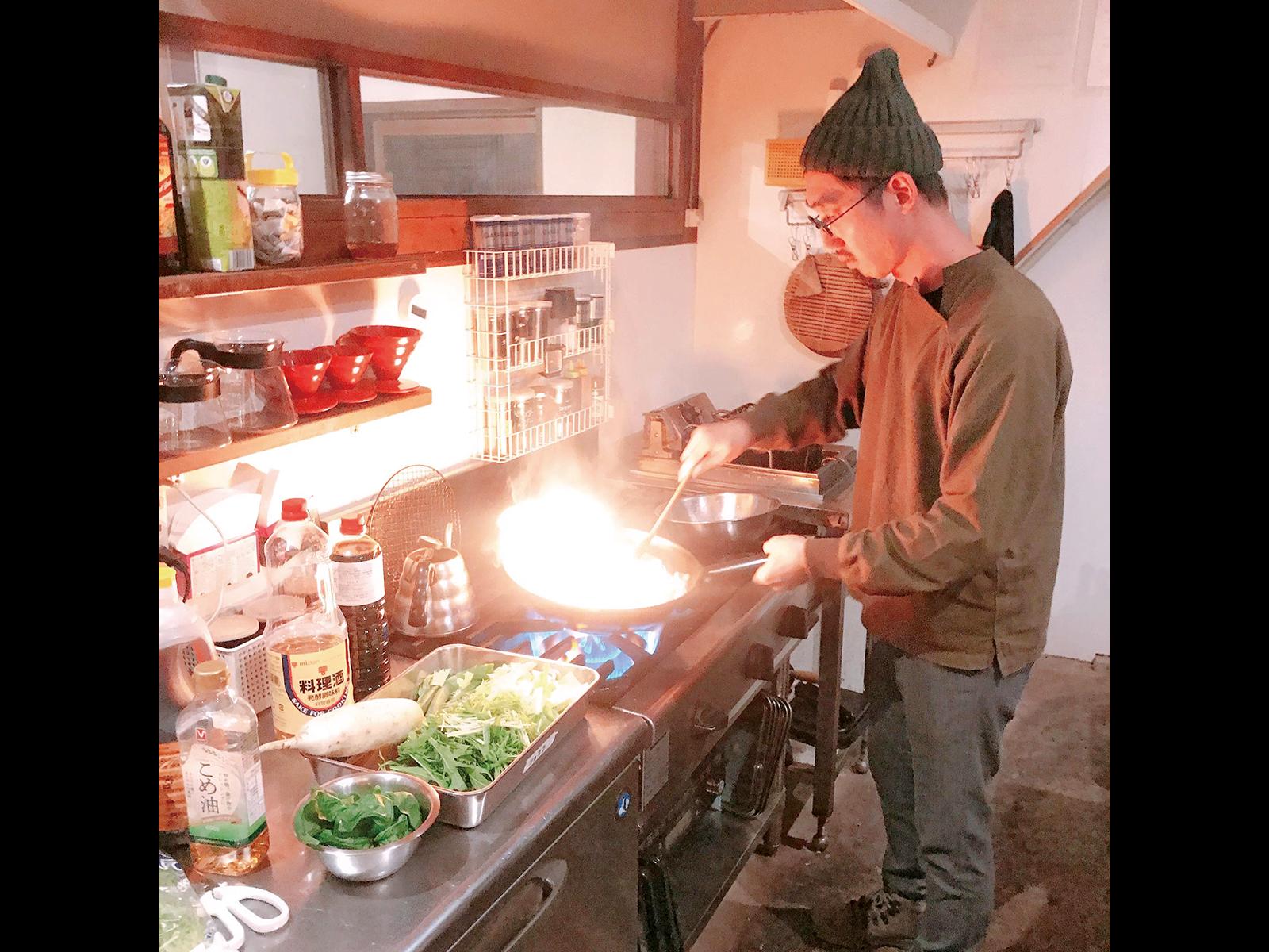 地元のスーパーで食材を揃え、台湾料理の定番「三杯雞」を振る舞う。