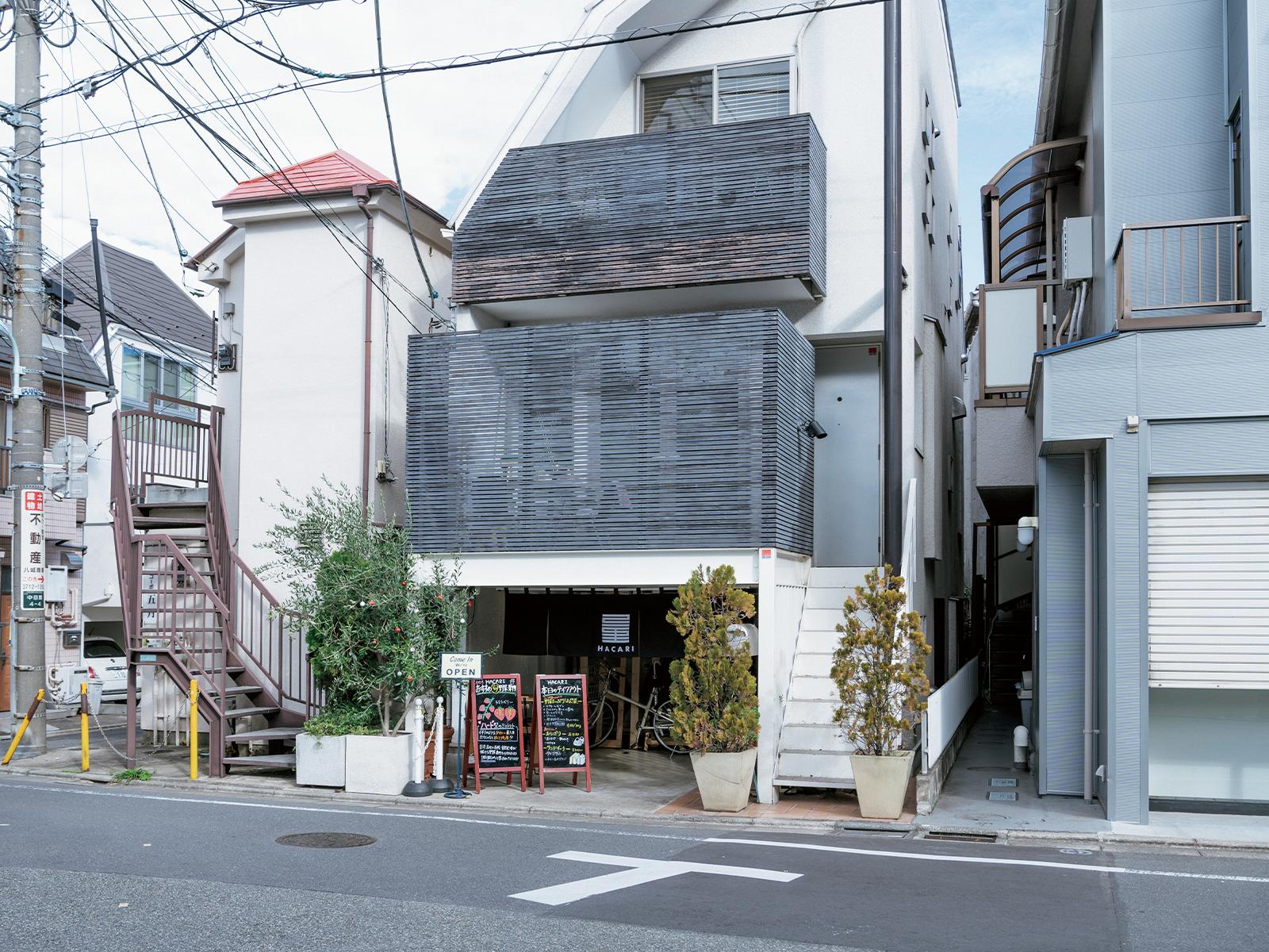東京・中目黒駅から徒歩約10分の静かな住宅街。少し奥まった半地下に『HACARI』はある。