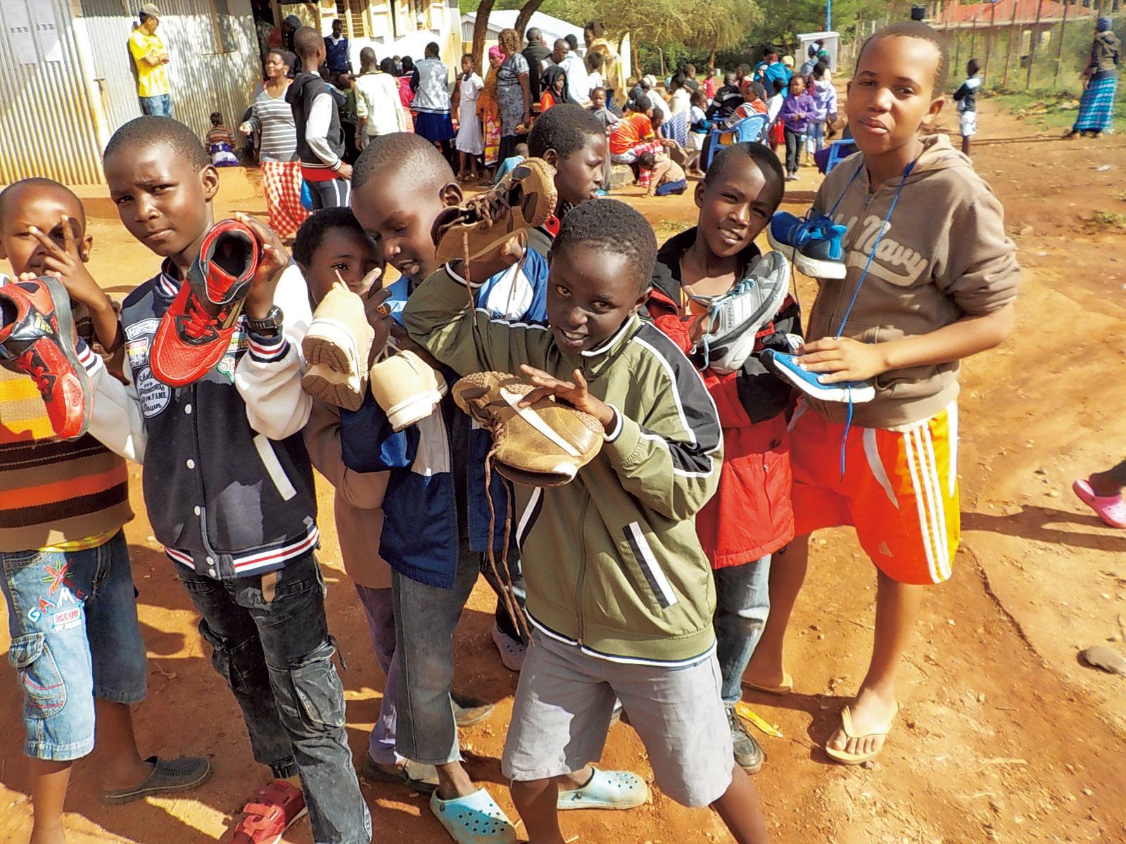 相原功志さんが代表を務める『キラキラ学園』でのシューズ寄贈。現在、幼稚園には115人、小学校(1〜6年生)に220人、土曜補習教室に15人の園児・児童が通っている。