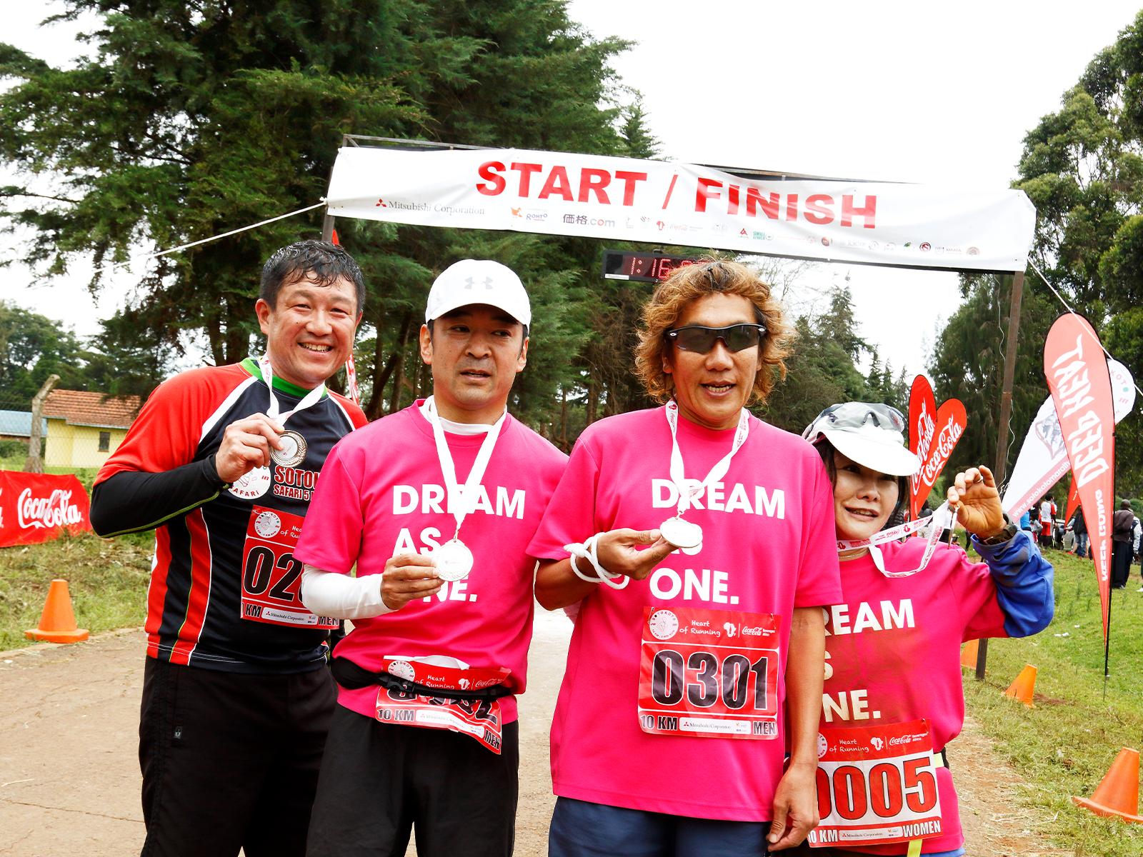 日本から参加したパラリンピック金メダリストの高橋勇市さん(右から2人目)。